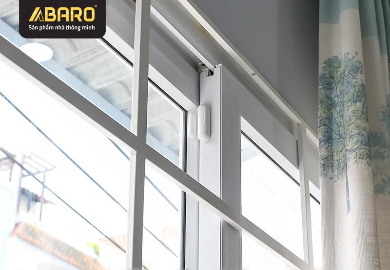 Cảm biến cửa từ được gắn tại cửa sổ